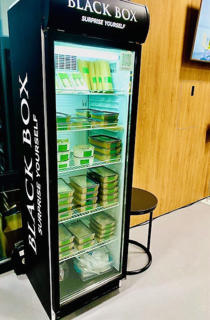 «ЇZHAK Кейтеринг» презентує новий проект «BLACK BOX» – холодильники з їжею у форматі «Бери-Плати»